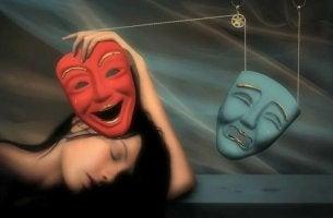 Donna con maschere triste e allegra