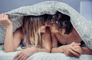 Mindfulness e sesso coppia a letto