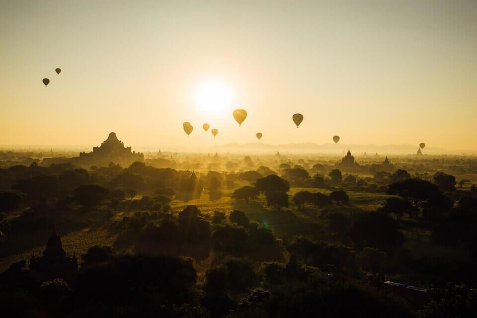 Mongolfiere in volo al tramonto