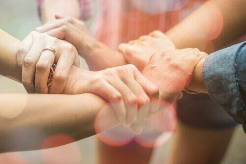 Persone che si stringono la mano
