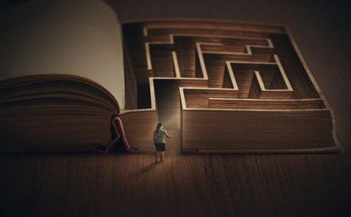 Ragazza all'ingresso di un labirinto