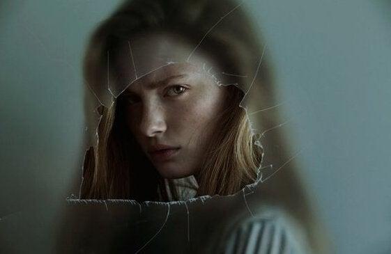 Ragazza arrabbiata dietro un vetro rotto i benefici delle emozioni negative