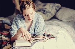 Ragazza che legge prima di dormire