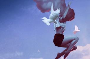 Ragazza nel cielo con colombe personalità genuina