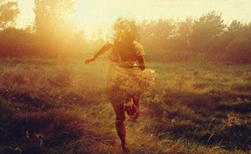 Una ragazza che corre