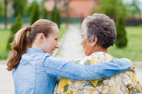 Ragazza giovane che accudisce una donna anziana