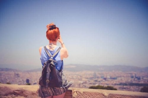 ragazza si gode il paesaggio