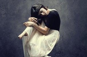 Ragazza triste che ha deciso di nascondere le emozioni