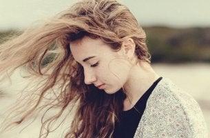 Ragazza triste con i capelli al vento
