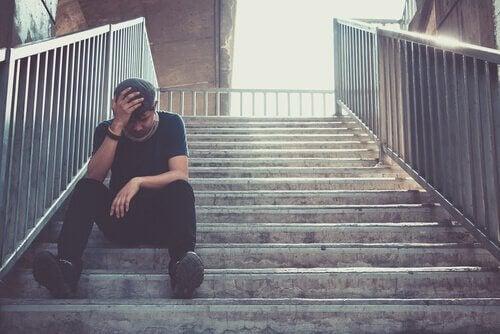 Ragazzo su una scalinata