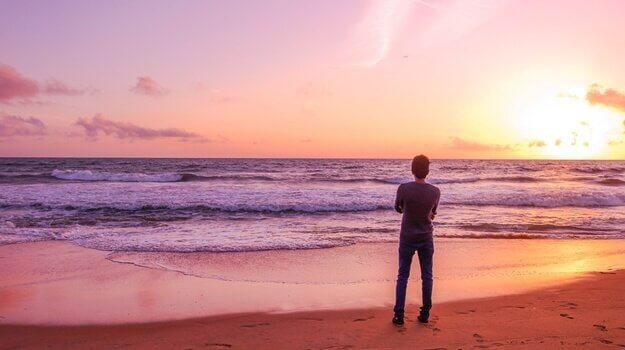 Ragazzo solitario guarda l'alba