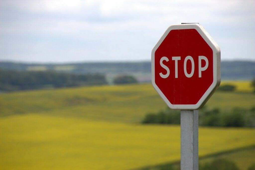 Segnale di stop, simbolo della tecnica per fermare i pensieri