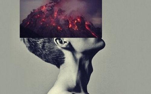 Ragazzo con un vulcano sulla testa