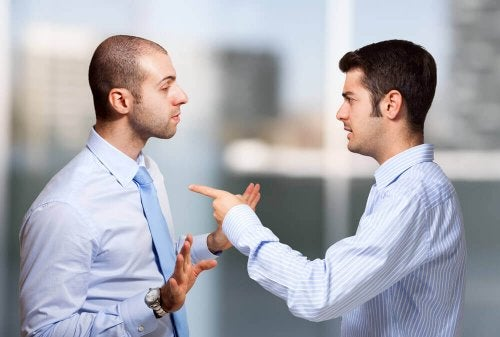 Uomini che si incolpano a vicenda