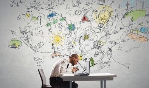 Uomo che lavora al computer essendo concentrato