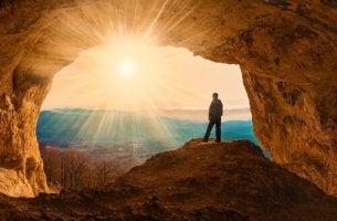 Uomo in una grotta valori sacri
