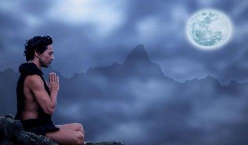 Uomo che medita luna ed emozioni