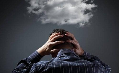 Uomo con una nuvola sulla testa che rappresenta la dipendenza da sostanze