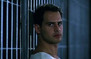 Uomo in prigione nel film The Experiment