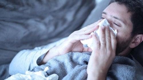 Uomo con il raffreddore effetti dello stress