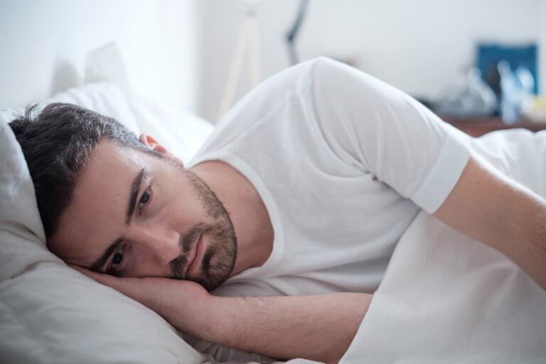 Uomo triste a letto