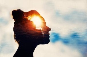 Donna con mente di luce piena coscienza