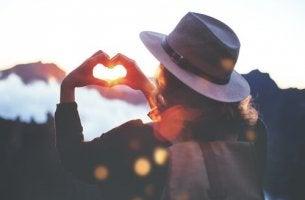 Donna cuore con le mani aumentare l'autostima