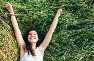 Ottimismo e salute, ragazza con le braccia al cielo