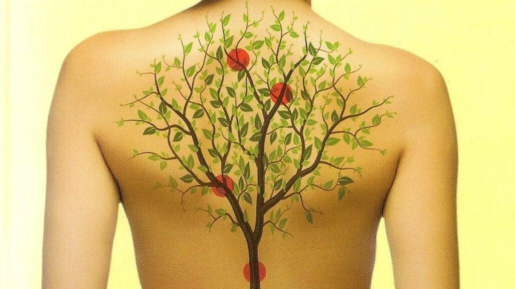 Albero disegnato sulla schiena