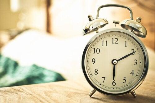 Alzarsi presto - sveglia sul comodino