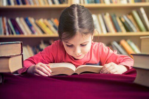 Bambina che impara a leggere