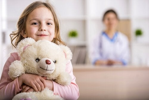 Bambina ricoverata con orsacchiotto