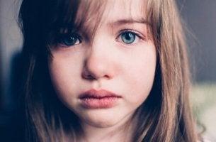 Bambina triste per madre assente