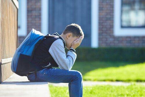 Rifiuto della scuola bambino che piange