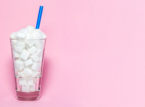 Bicchiere con zollette di zucchero