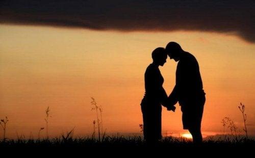 Una coppia che si tiene la mano