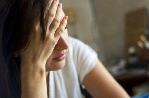 Donna che soffre di Disturbi somatoformi