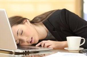 Ragazza che dorme sul computer
