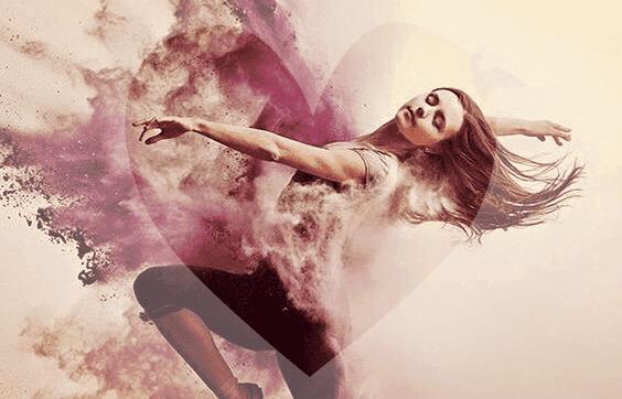 Donna balla su un cuore