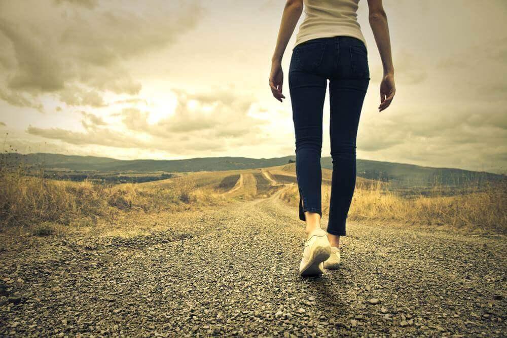 Donna che cammina fuori città
