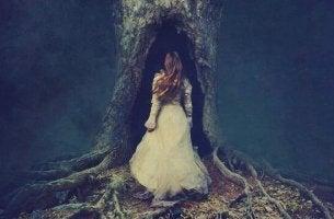 Donna che entra in albero sofferenza irrisolta