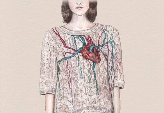 Donna con cuore sulla maglia