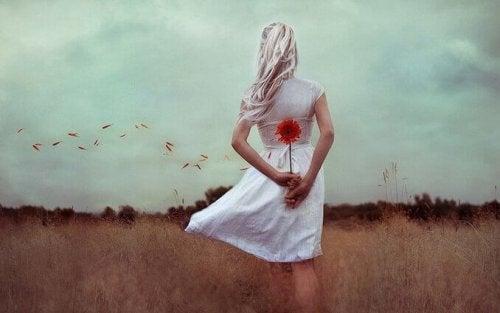 Donna con fiore dietro alla schiena