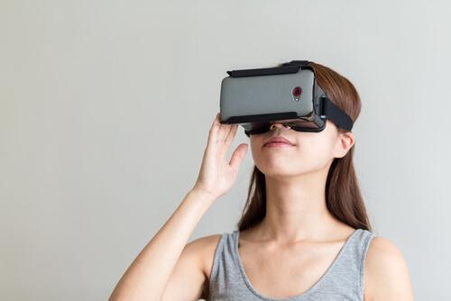 Donna con maschera virtuale