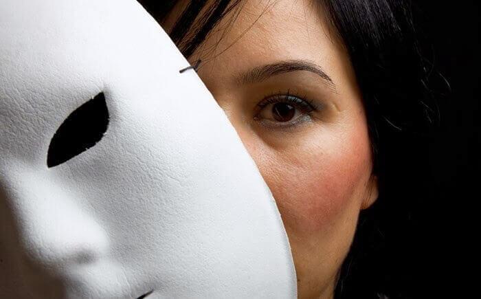 Donna con maschera bianca