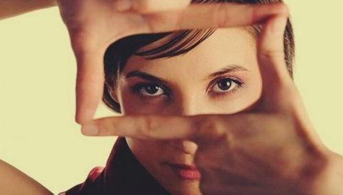 Donna che con le mani inquadra i suoi occhi stabilire le priorità