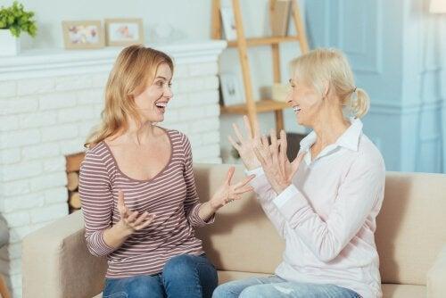 Donna parlando di prossemica