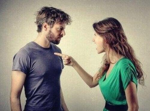 Donna punta il dito contro il partner colpevolizzazione