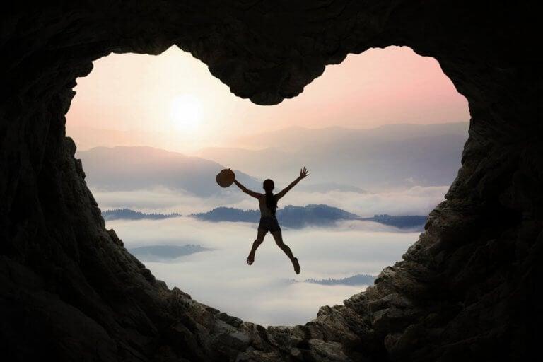 Ragazza salta grotta a forma di cuore