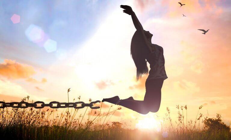Ragazza che si libera dalle catene zen coaching